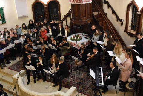 A Piccoli Archi vonószenekar karácsonyi hangversenye a templomban