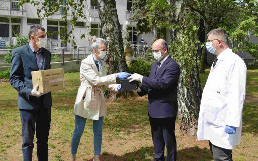 Két darab ózongenerátort adományozott egy cég a nyíregyházi Szivárvány Idősek Otthonának